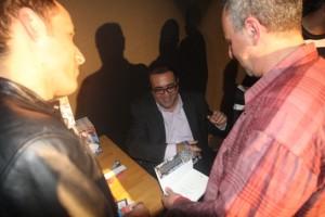 علاء حليحل يوقع الكتاب- تصوير: عصام داود